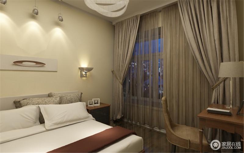 空间以灰色窗帘来营造素静,并因为壁灯调暗了灯光,让主人有个适宜睡眠的环境,白色床品搭配原木家具,简单之中,奠定美式大气。
