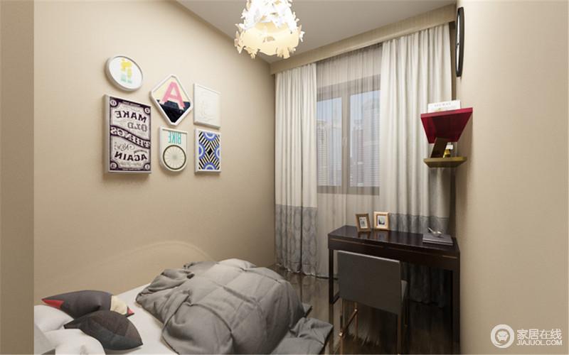卧室以功能设计为导向,驼色系墙面漆奠定了空间的温和,黑色桌椅刚好适用,既满足实用性需求,又让空间得到释放,简画和童趣的吊灯,让生活多了活力。