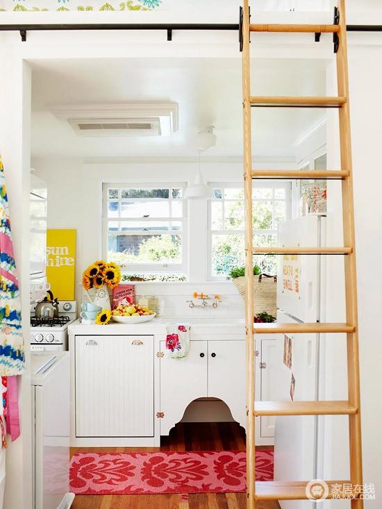 厨房半开放的格局十分大气,白色橱柜解决了收纳的需求,再加上窗户带来采光,让空间愈发通透,实木楼梯的搭建,可以轻松上到阁楼。
