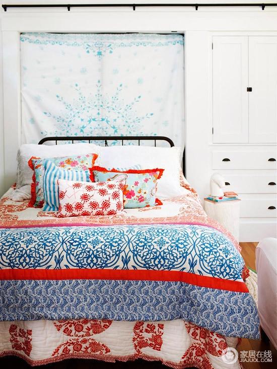 白的的卧室带来一种轻松和纯净,窗户悬挂了蓝白色布帘打造起背景墙,蓝红色编织的床品带来一种喜庆与清雅,让生活极为舒适。