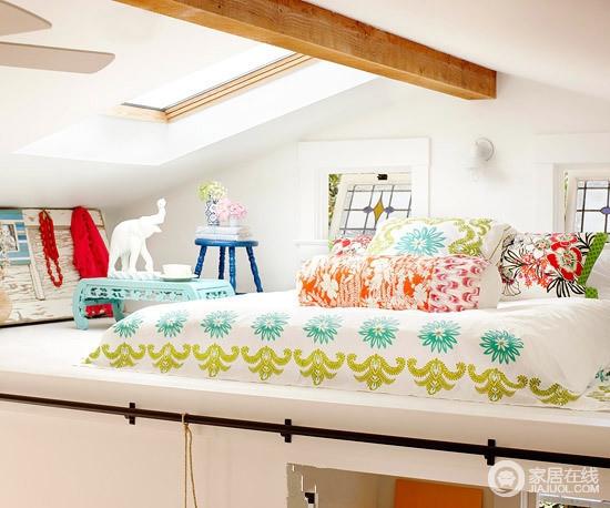 田园风的卧室,以木梁和天窗的形式增强空间的采光和结构之美,白色的设计更是带来一种安适;蓝色木椅、浅蓝色桌子和彩色床品搭配,让生活清雅、时尚。