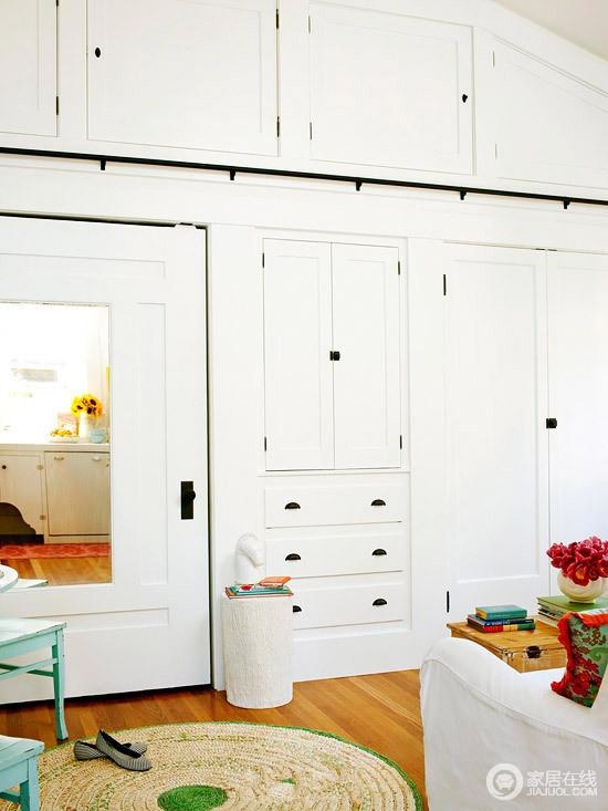 客厅内定制的白色衣柜具有极强的储物性,定制得衣柜满足收纳需求,搭配空间内的一器一物,成就生活的质感。