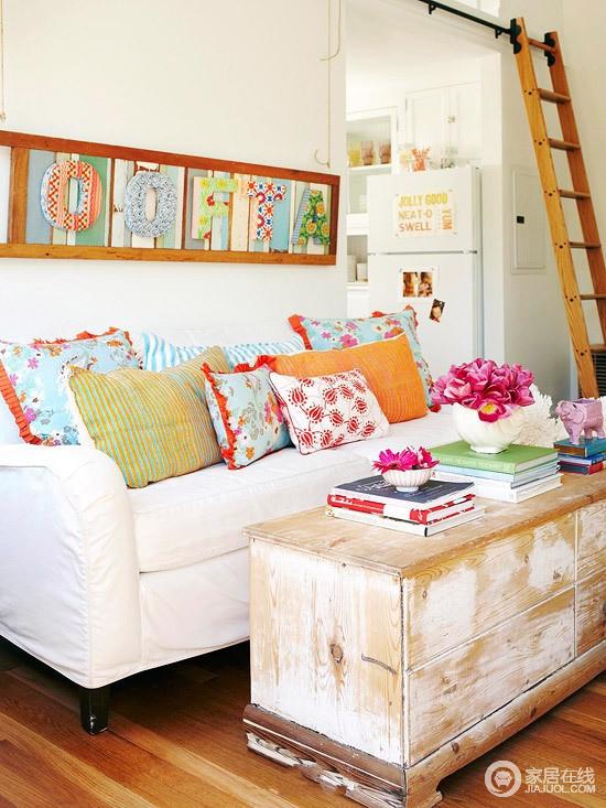 客厅以白色为主,原木地板的铺贴构建起田园的朴质,从白色沙发上的彩色靠垫到彩色字母画、花器等,带来色彩,即使斑驳地木茶几都带着时尚的气息。